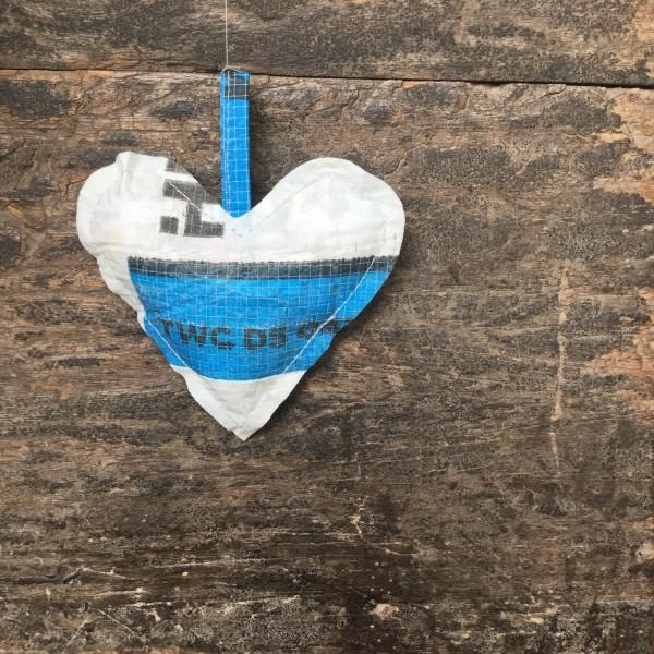 Herz aus Plastik, blau + weiß